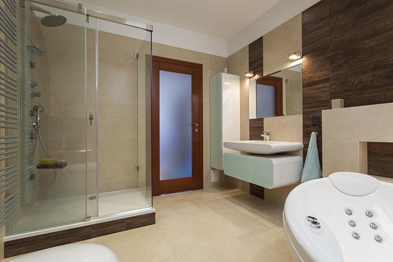 Tinas De Baño Oceanic:Een heerlijke ruime inloopdouche in een verder erg stijlvolle badkamer
