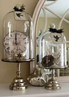 klok in glazen stolpen