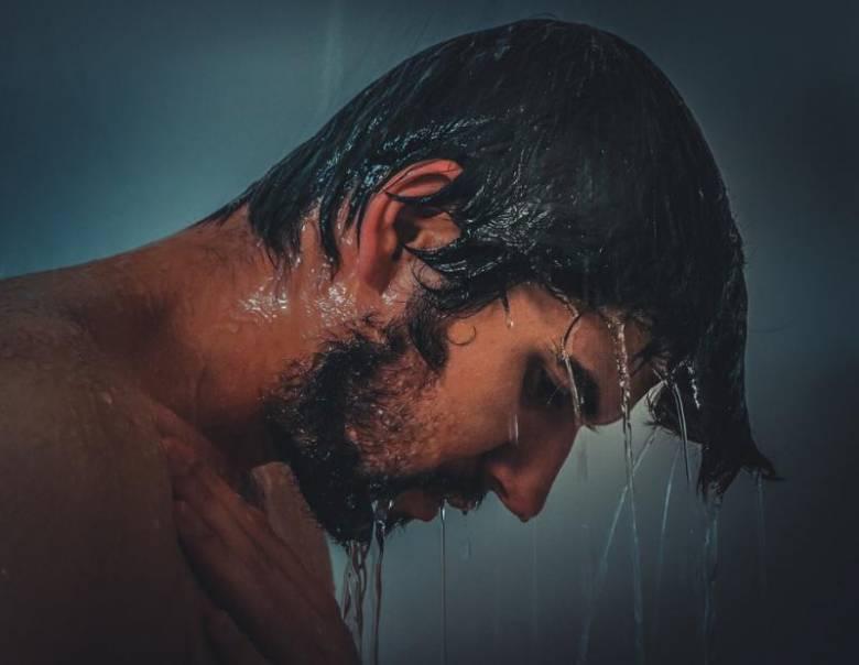 man-onder-de-douche