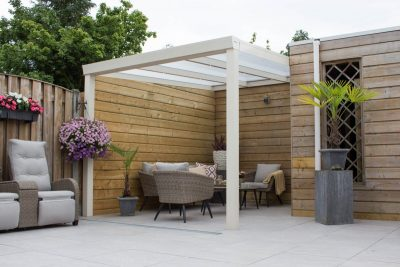 terrasoverkapping met stijlvolle meubels