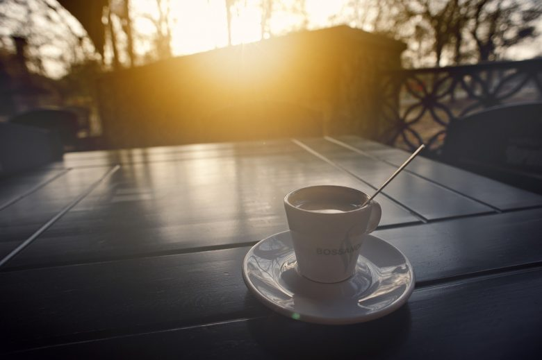 loungen en koffie in de tuin