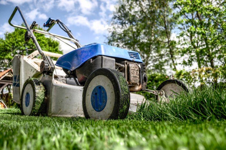 tuinieren in tuin: grasmaaien