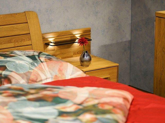 bed en nachtkastje in slaapkamer