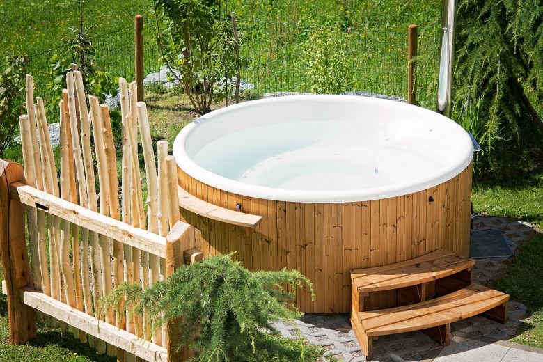 loungen hot tub in tuin