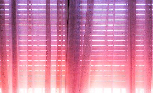raamdecoratie roze gordijn